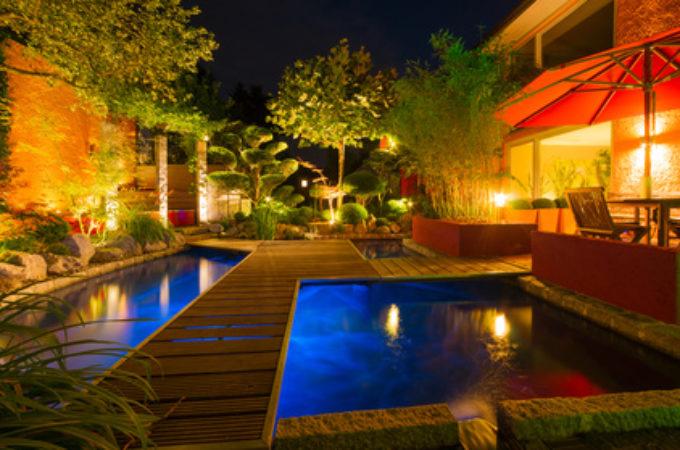 Privater Garten bei Nacht – Sommerversion