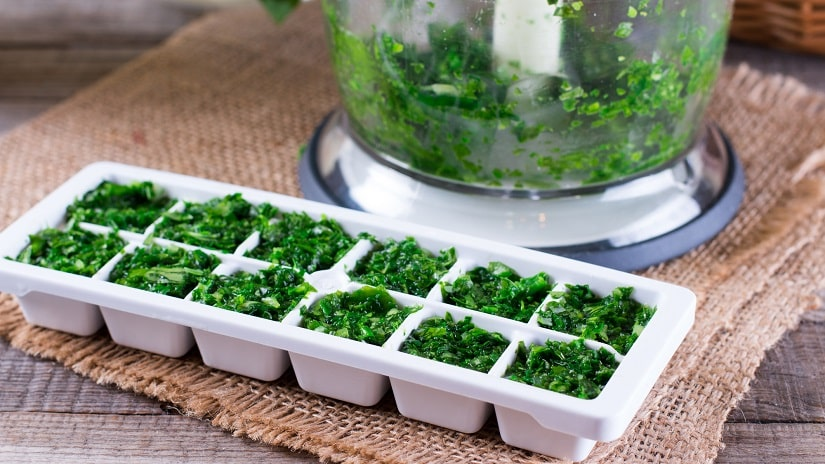 Kräuter kann man portioniert einfrieren.