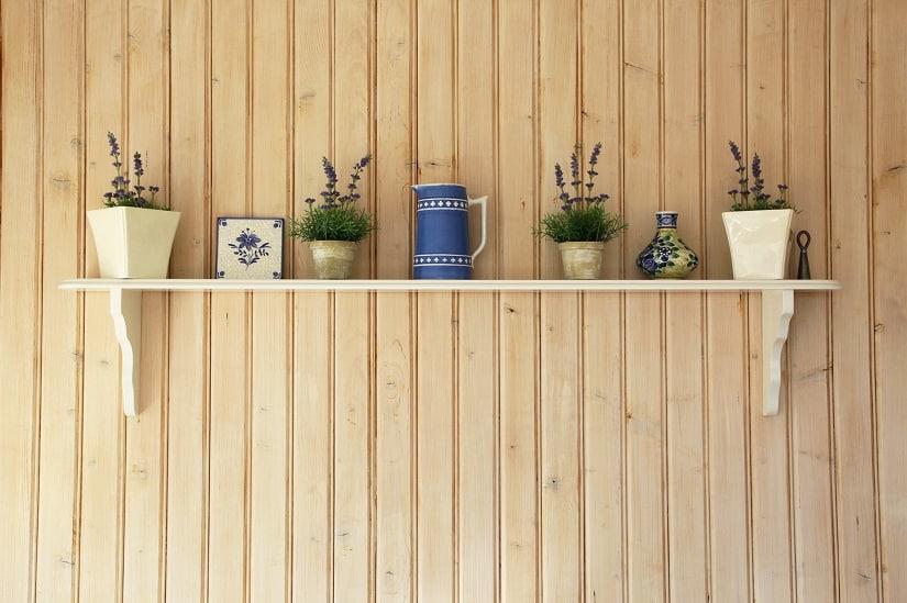 Kräuterregal an der Wand