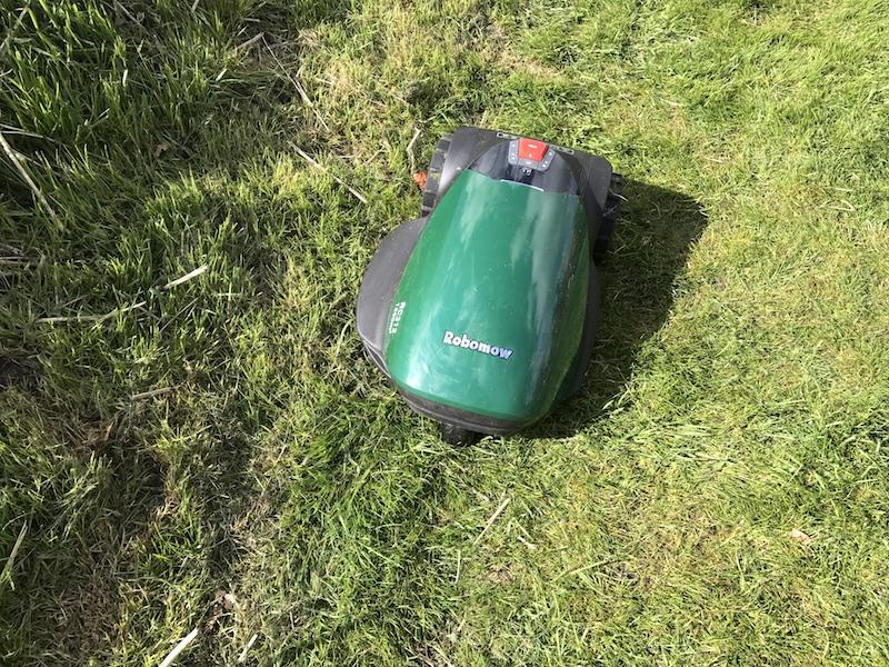 Automatischer Rasenmäher bei der Arbeit