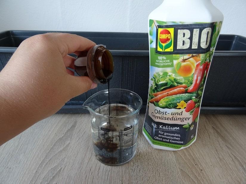 Flüssigdünger mit Gießwasser vermischen