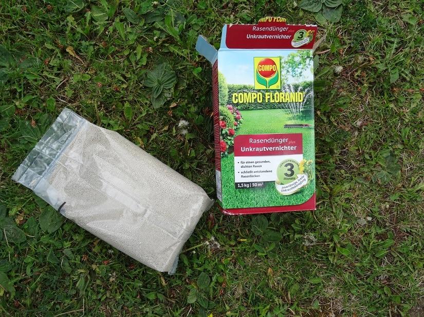 Unkrautbefallener Rasen mit einer Packung COMPO Floranid Rasendünger mit Unkrautvernichter