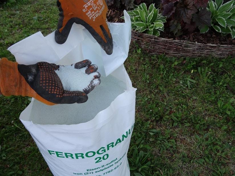 Die Anwendung am besten auf der Rasenfläche vorbereiten, um Flecken auf der Terrasse zu vermeiden