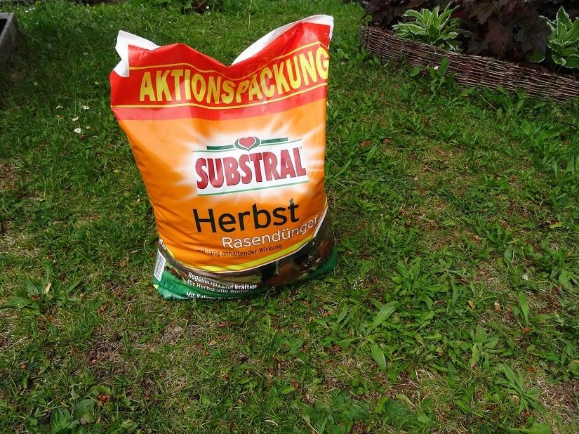 Geschwächter Rasen mit Herbstrasendünger