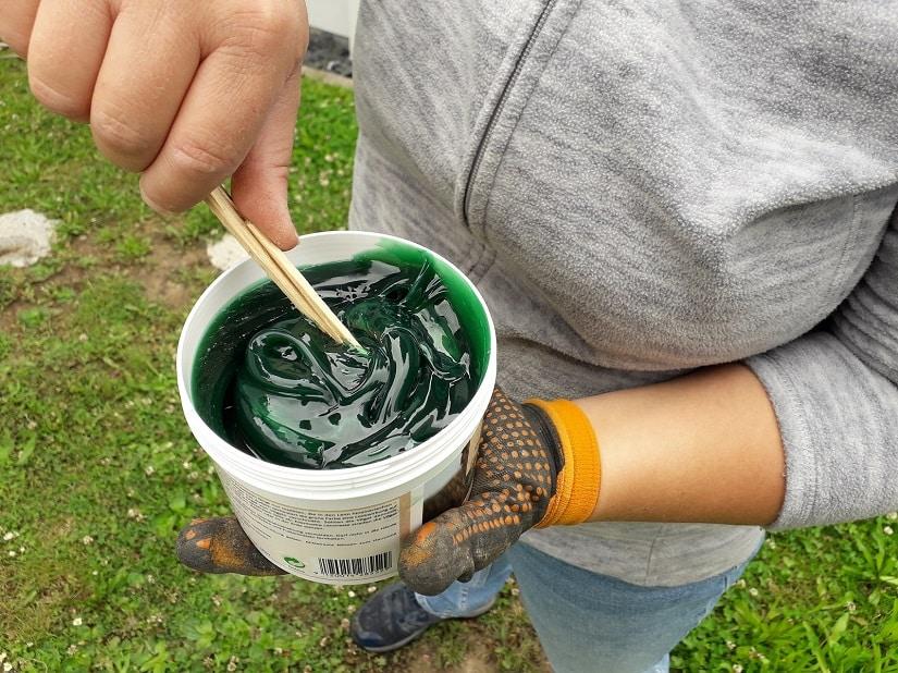 Den Raupenleim vorher mit dem Pinsel oder einem Stab aufrühren