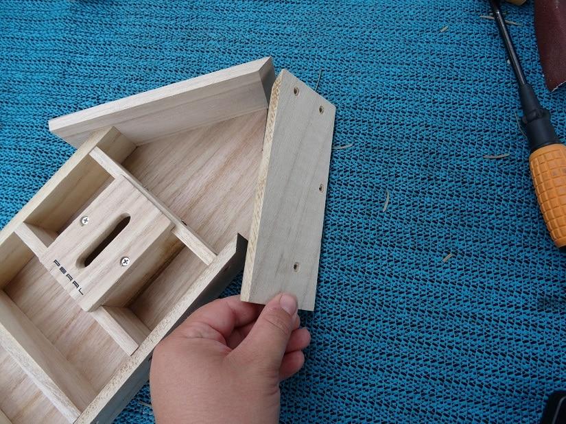 Als nächstes das Dach aufsetzen, dabei besonders auf die richtige Seite achten