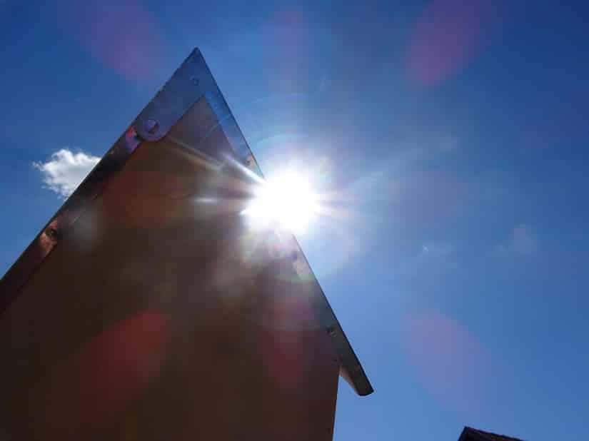 Es ist 13 Uhr und da ist die Sonne, also muss mein Insektenhotel in diese Richtung zeigen