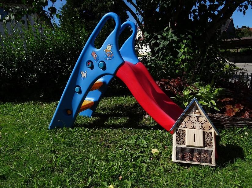 Insektenhäuschen eignen sich gut in Privatgärten, um Kinder die Natur näher zu bringen.