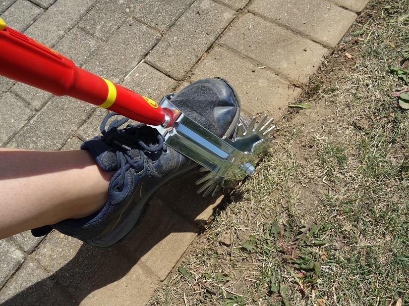 Auch an Terrassenbegrenzungen können Rasenkantenroller gut eingesetzt werden