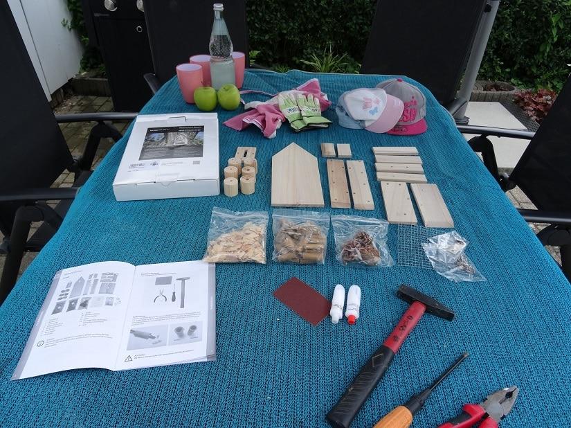 Gute Vorbereitung ist alles: Werkzeug, Bausatz und Verpflegung griffbereit sortiert