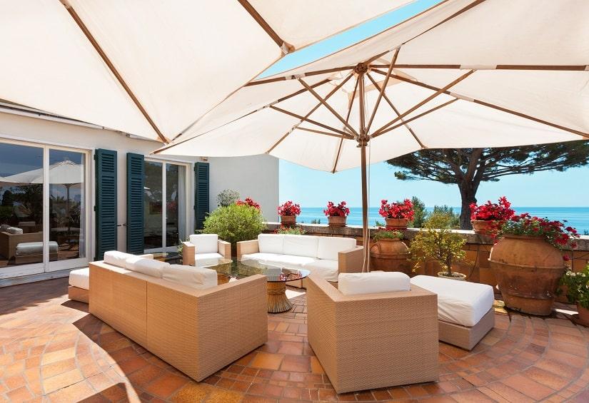 Große Sonnenschirme auf der Terrasse sehen klasse aus und sind extrem praktisch