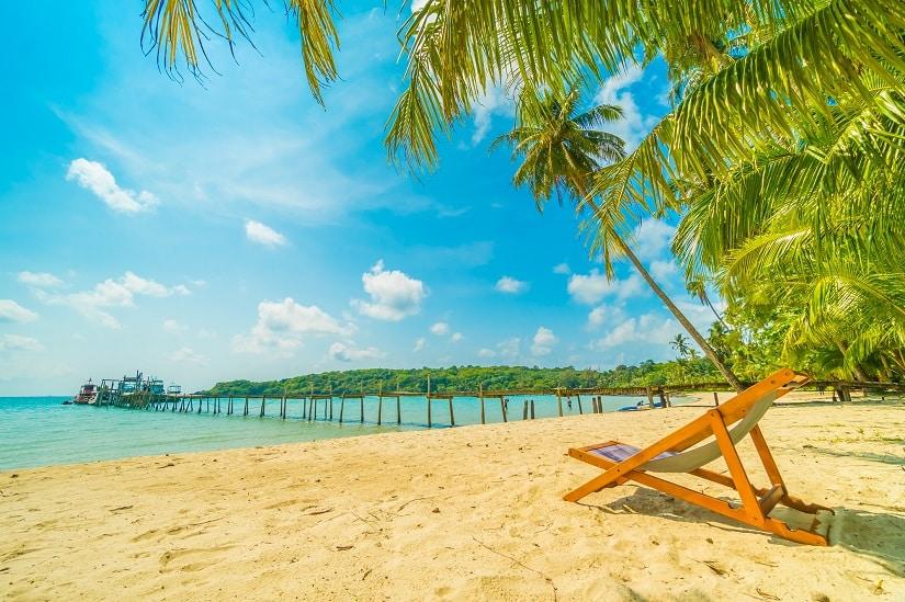 Strandstuhls aus Holz am Strand