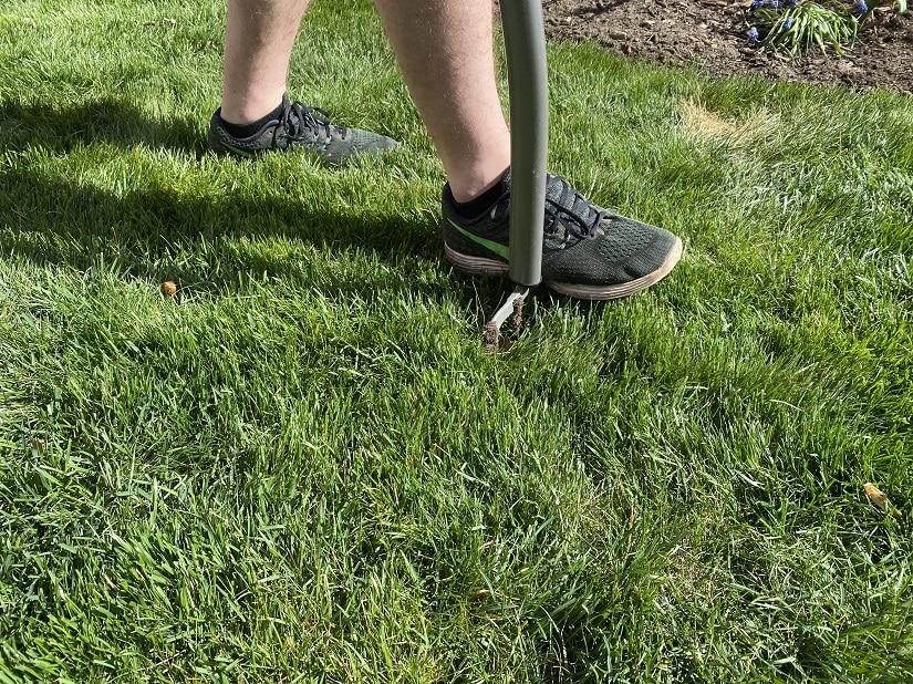 Vor dem Sanden sollte man den Rasenboden belüften