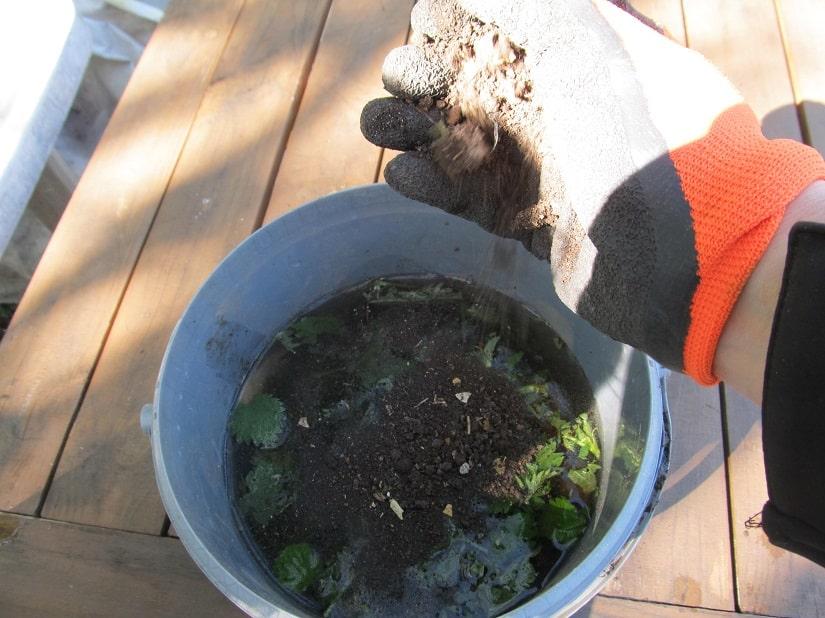 Nach etwa drei Tagen an einen möglichst warmen und sonnigen Platz gestellt, entsteht durch die Jauche ein unangenehmer Geruch. Diesen kannst du mit Gesteinsmehl oder Erde unterbinden.