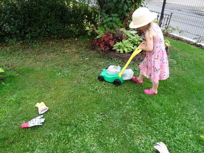 Kinder-Rasenmäher sehen fast so aus wie richtige Rasenmäher für Erwachsene