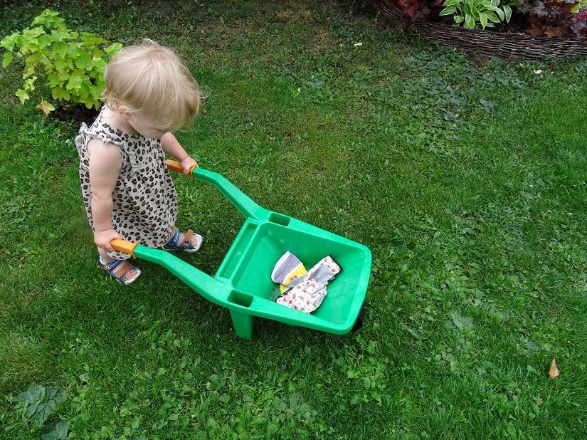 Bereits kleine Kinder spielen gerne mit Schubkarren