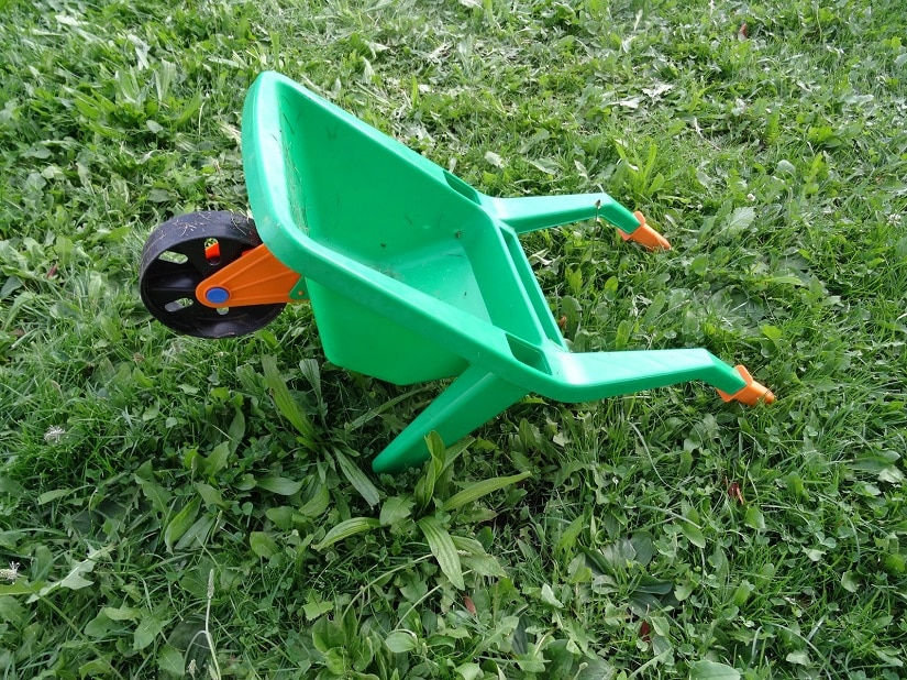 Eine klassische Kinder-Schubkarre mit einem Rad