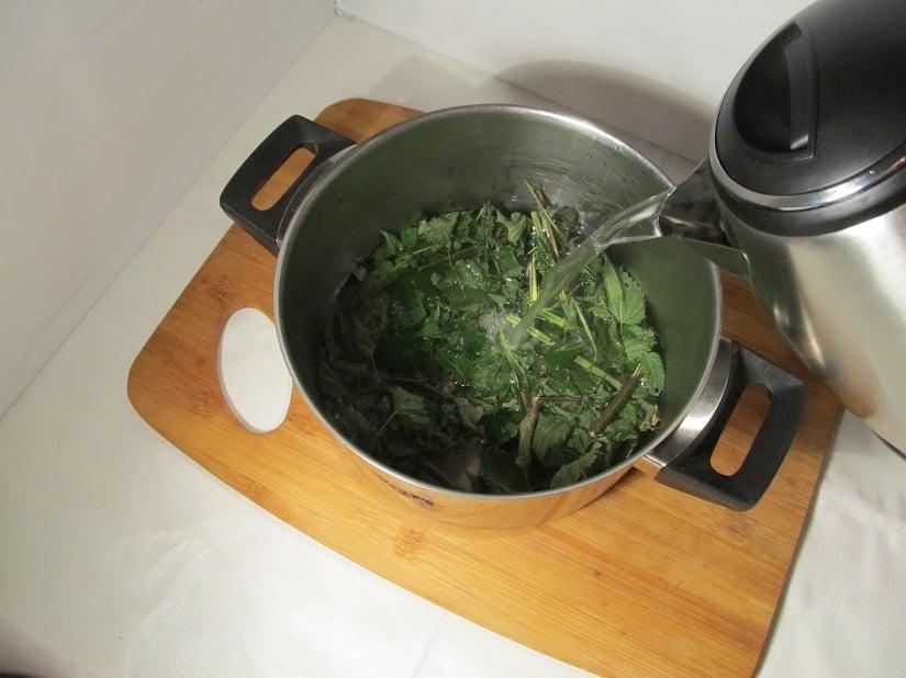 Koche Wasser in einem Topf oder einem Wasserkocher auf.