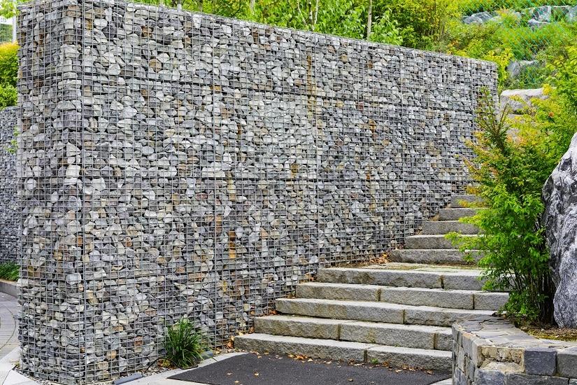 Mauer aus Gabionenkörben