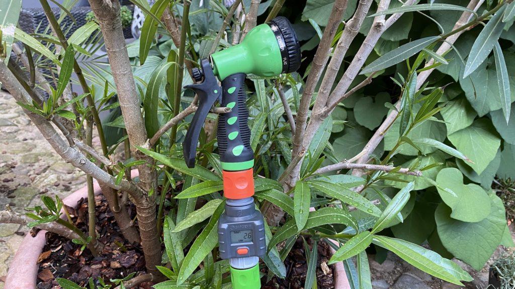 Gardena Wassermengenzähler direkt vor der Gartenbrause angeschlossen