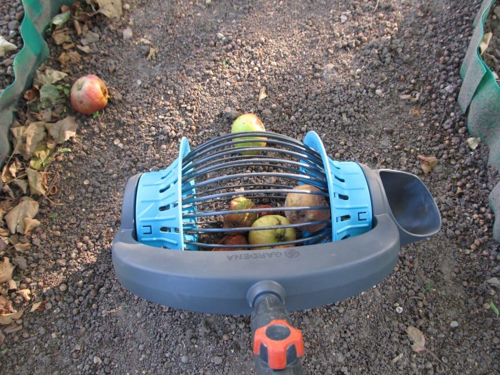 Rollsammler von Gardena sammelt Äpfel
