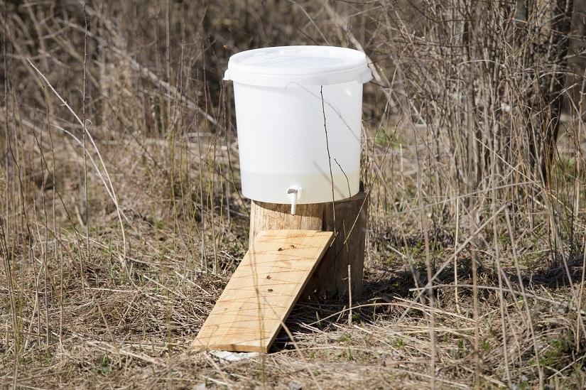 Als Bienentränke kann in der Regel auch eine gewöhnliche Insektentränke verwendet werden. Es gibt aber auch einige Vorrichtungen, die speziell für Bienen gedacht sind. Diese sind nicht unbedingt erforderlich.