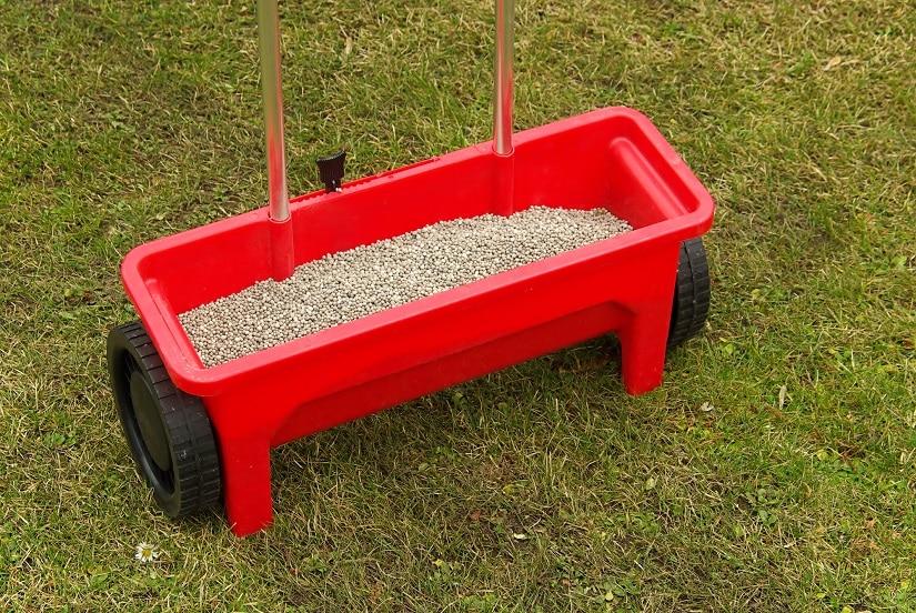 Der Startdünger schafft im Boden die optimalen Voraussetzungen für das Wachstum der gleich folgenden Rasen-Samen.