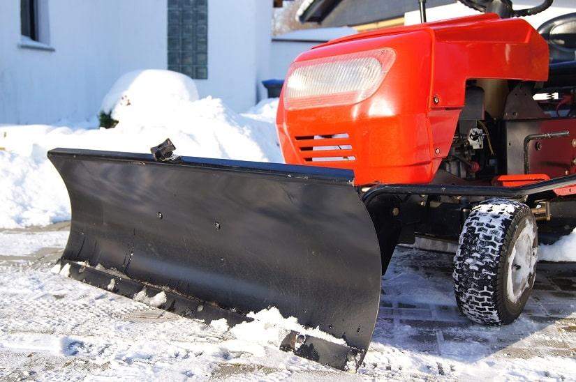 Anders als die meisten Aufsitzrasenmäher bieten Rasenmähertraktoren und Rasenmähertrecker die Möglichkeit, beispielsweise ein Schneeschild anzubringen. Damit kannst du den Rasentraktor im Winter auf der Einfahrt als Schneeräumer einsetzen.