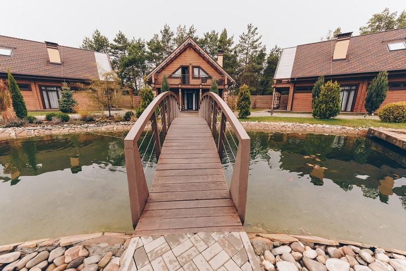 Teichbrücke aus Holz