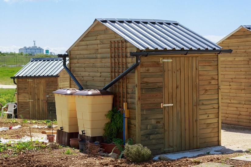 Regenwassersammler-System direkt am Gartengerätehaus