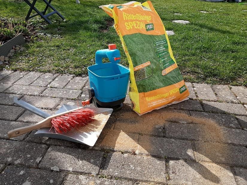 Befülle deine Düngerhilfen stets auf befestigten Flächen, damit du verschütteten Dünger einfach auffegen kannst