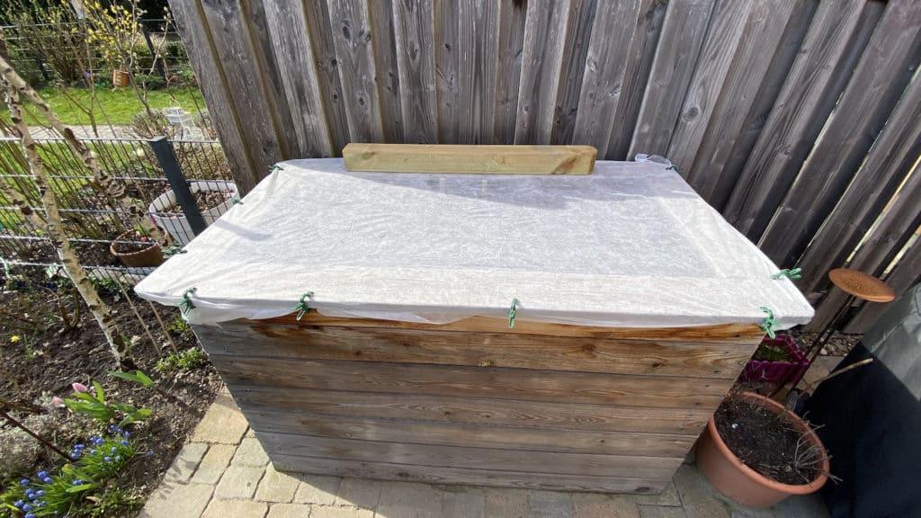 Hochbeet kann man mit Vlies vor Frost schützen