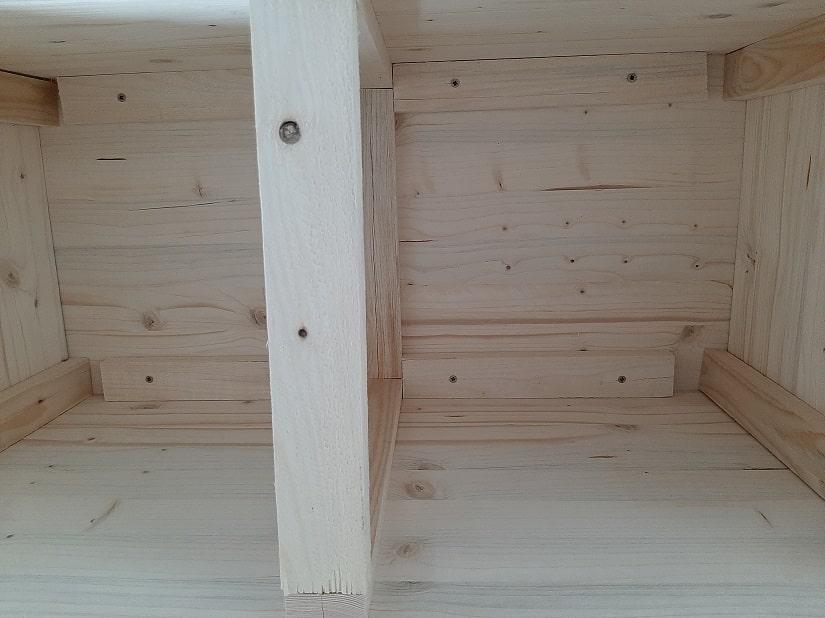 Wer Dachlatten und Schrauben übrig hat, kann auch die Längsseiten noch von innen verstärken, dies ist aber nur für Sicherheitsbetonte nötig, oder wenn sich größere Schlitze gebildet haben.