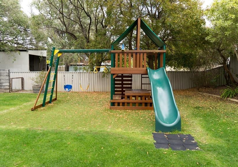 Spielturm für den Garten mit Schaukel und Rutsche